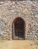 在老石头被修建的大厦的门道入口 免版税库存图片