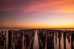 在老码头后的日落 图库摄影