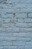 在老砖墙上的天蓝色油漆 免版税库存照片