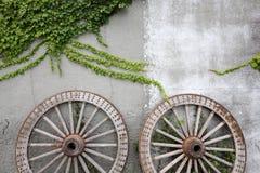 在老砖墙上的木轮子 免版税库存图片