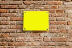 在老砖墙上的空的信息标志 免版税库存图片