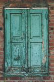 在老砖墙上的被关闭的窗口 库存图片
