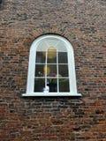 在老砖墙的被成拱形的窗口 免版税库存照片