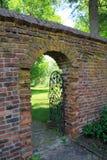 在老砖墙的被成拱形的门道入口 免版税库存图片