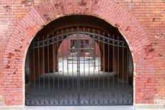 在老砖墙的铁门 库存照片
