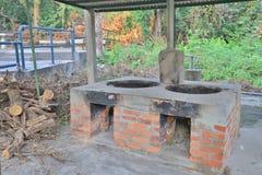 在老砖熔炉照片的灼烧的木柴 图库摄影