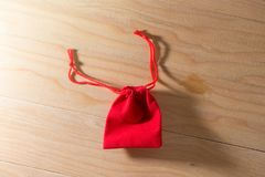 在老破旧的木表概念圣诞节和Newyear的红色礼物袋子 库存照片
