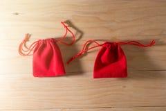 在老破旧的木表概念圣诞节和Newyear的红色礼物袋子 图库摄影