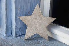 在老窗台的老土气圣诞节星在蓝色和白色 免版税库存照片
