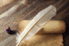 在老笔纤管滚动葡萄酒文字黄色附近仍然登记概念生活 纸卷和纤管特写镜头在墨水瓶架附近在木桌上 免版税图库摄影