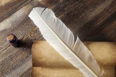 在老笔纤管滚动葡萄酒文字黄色附近仍然登记概念生活 纸卷和纤管特写镜头在墨水瓶附近在木桌上 库存图片