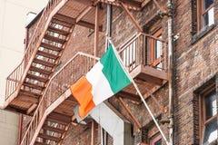 在老红砖大厦的爱尔兰标志 库存照片