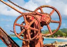 在老红色起重机的生锈的齿轮 免版税库存照片