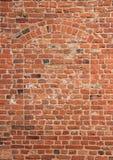 在老红色brickwall的垂直的瞎的秘密窗口 免版税库存照片