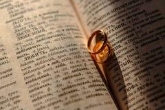 在老纸一张的结婚戒指  免版税库存照片