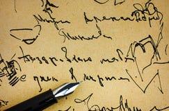 在老纸的钢笔与墨水手写样品 库存照片