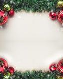 在老纸空白的圣诞节绿草与球的和 库存图片