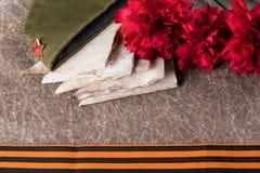 在老纸Giorgian夏天和盖帽上有信件和花的,构成明信片5月9日在天胜利 免版税库存图片