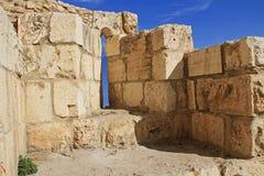 在老耶路撒冷墙壁切开的中世纪城堡箭头 库存图片
