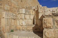 在老耶路撒冷墙壁切开的中世纪城堡箭头 库存照片
