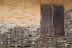 在老肮脏的墙壁上的老木窗口 图库摄影