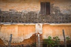 在老肮脏的墙壁上的老木窗口 免版税库存照片