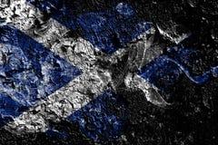 在老肮脏的墙壁背景的苏格兰发烟性神秘的旗子 皇族释放例证
