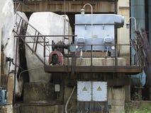 在老能源厂的巨大的工业空气压缩机 库存图片