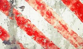 在老脏的混凝土墙的镶边红色和空白线路 库存照片