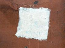 在老膏药墙壁上的方形的白色油漆 免版税库存照片