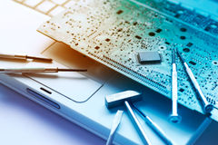 在老膝上型计算机的五颜六色的电子委员会和工具修理,被定调子的充满活力的概念 库存图片