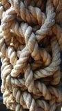 在老船的复杂绳索结 库存照片