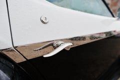 在老葡萄酒减速火箭的汽车的车门把柄 库存照片