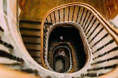 在老葡萄酒房子和宫殿的典雅的婚礼夫妇有大木台阶的 免版税库存照片