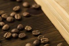 在老葡萄酒的咖啡豆打开书 菜单,食谱,嘲笑 木背景 库存图片