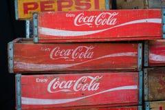 在老葡萄酒boxe/盒的可口可乐和百事可乐品牌商标 库存照片
