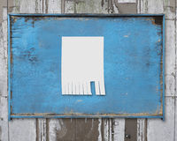 在老蓝色木广告牌张贴的白皮书 库存照片
