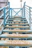 在老蓝色桥梁的台阶 免版税库存图片