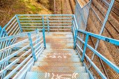 在老蓝色桥梁的台阶 免版税库存照片