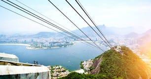 在老虎山山的缆车有观点的Vermelha海滩、科帕卡巴纳,博塔福戈海湾和基督救世主雕象a 库存照片