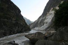 在老虎的动作缓慢水跳跃香格里拉的中国峡谷 库存图片