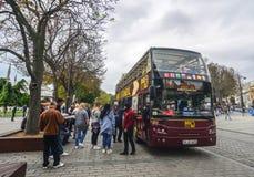 在老街道上的大公共汽车在伊斯坦布尔,土耳其 库存图片