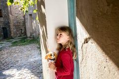 在老街道上的小女孩 图库摄影