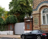 在老街道上的黑豪华BMW 免版税图库摄影