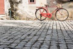 在老街道的古色古香的自行车 库存照片