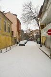 在老街道的降雪在波摩莱,保加利亚 图库摄影