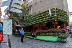 在老街道Skadarlija,贝尔格莱德,塞尔维亚上的餐馆 库存照片