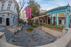 在老街道Skadarlija,贝尔格莱德,塞尔维亚上的餐馆 免版税库存照片