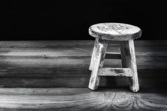 在老表上提出的古色古香的凳子 库存照片