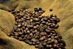 在老袋装的咖啡豆 库存图片